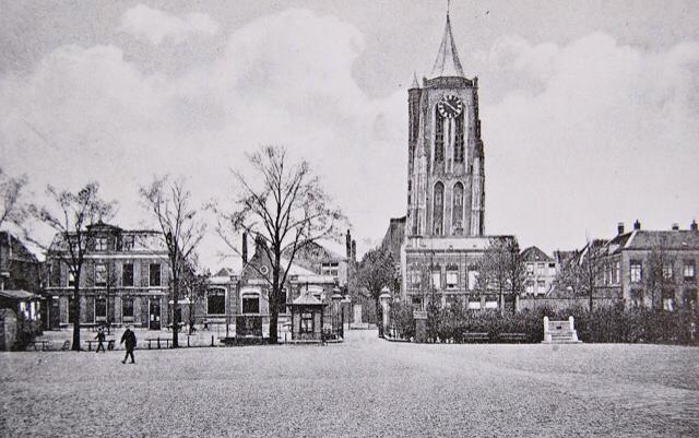 Ansichtkaart Kazerneplein met rechts achterin de Boldinghbank