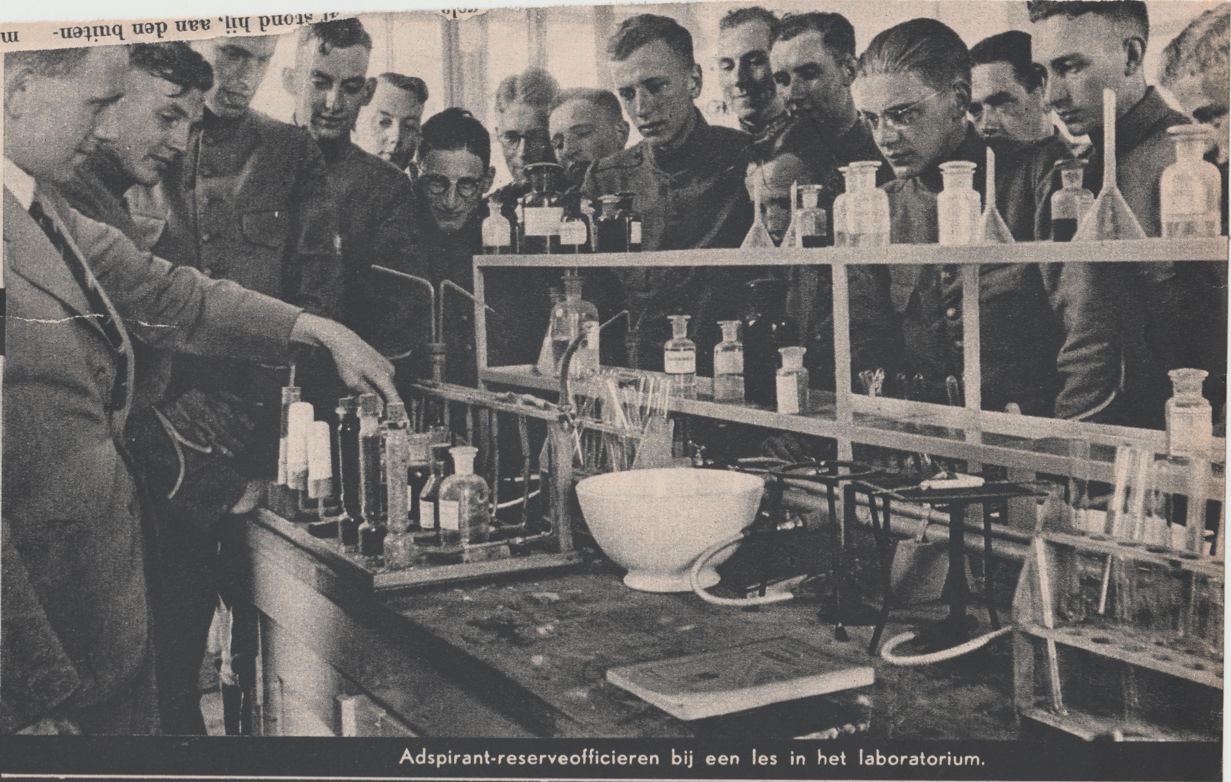Gorinchem 1939 - Adspirant-reserveofficieren bij een les in het laboratorium