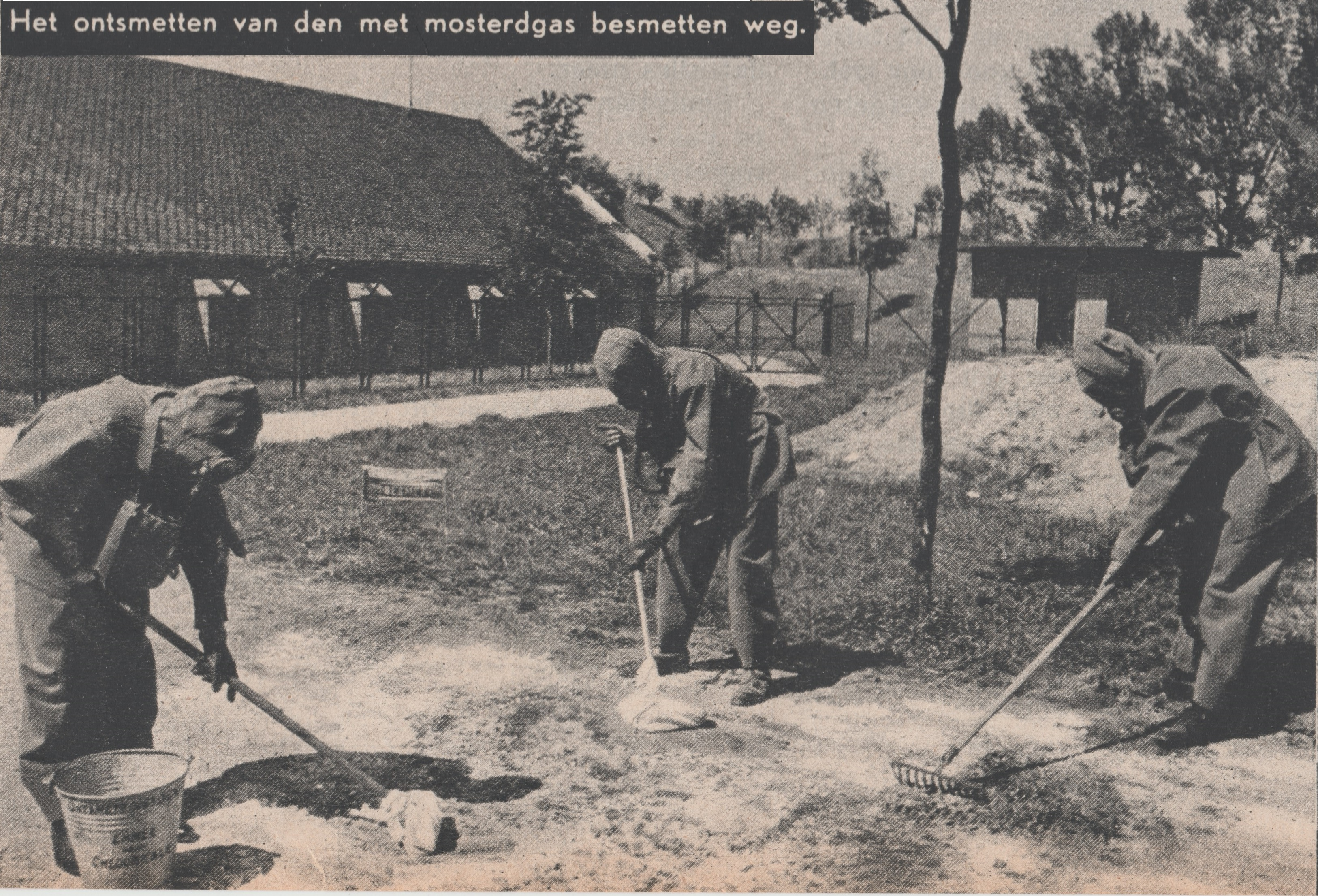 Gorinchem 1939 - Het ontsmetten van den met mosterdgas besmetten weg