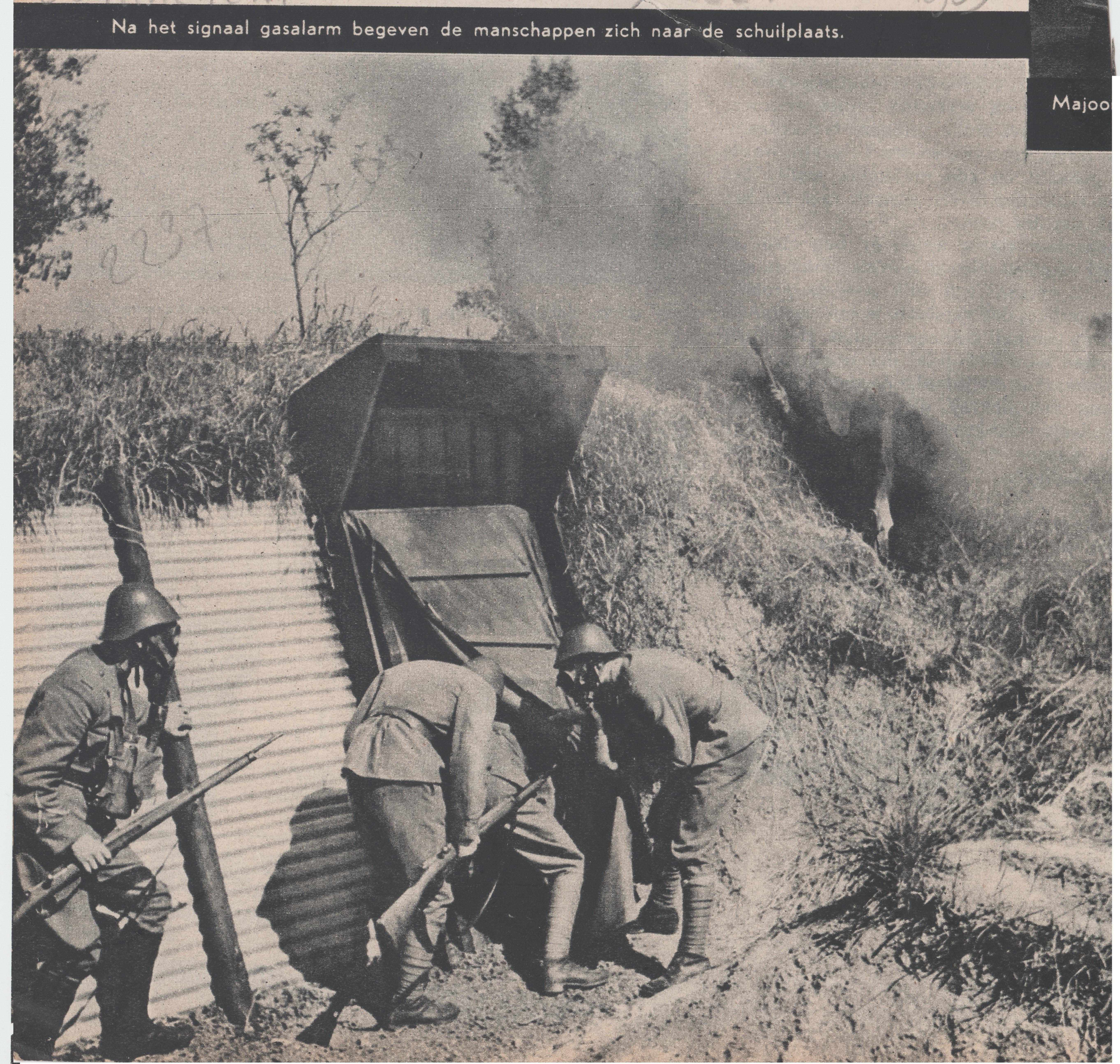 Gorinchem 1939 - Na het signaal gasalerm begeven de manschappen zich naar de schuilplaats
