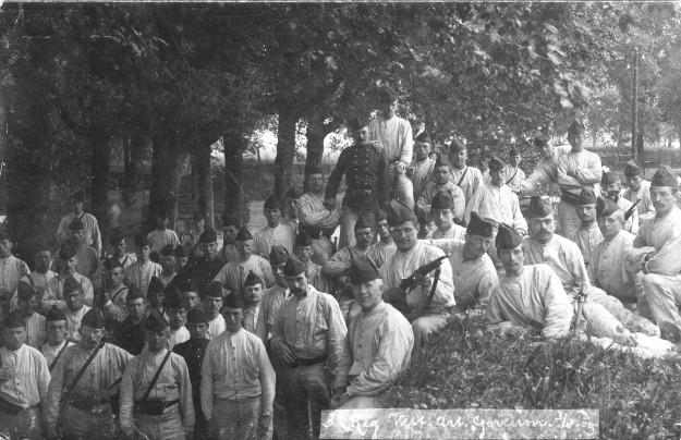 derde-regiment-vestingartillerie-03-08-1909-met-klaas-de-groot-onderste-rij-3e-van-links-met-pijp-via-kees-donker