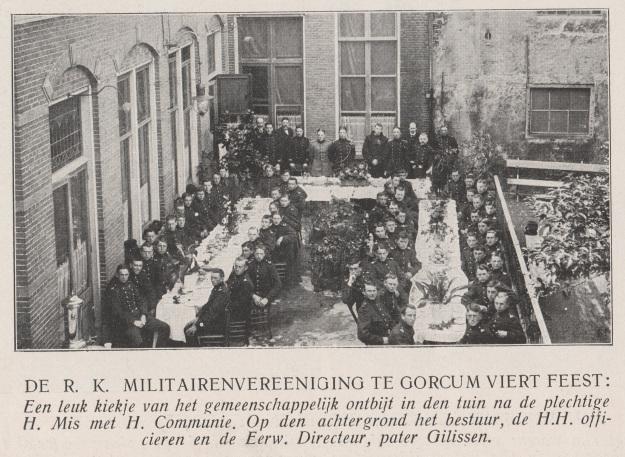 Gorinchem - Katholieke Illustratie 05-07-1913 RK Militairenvereniging viert feest.jpg