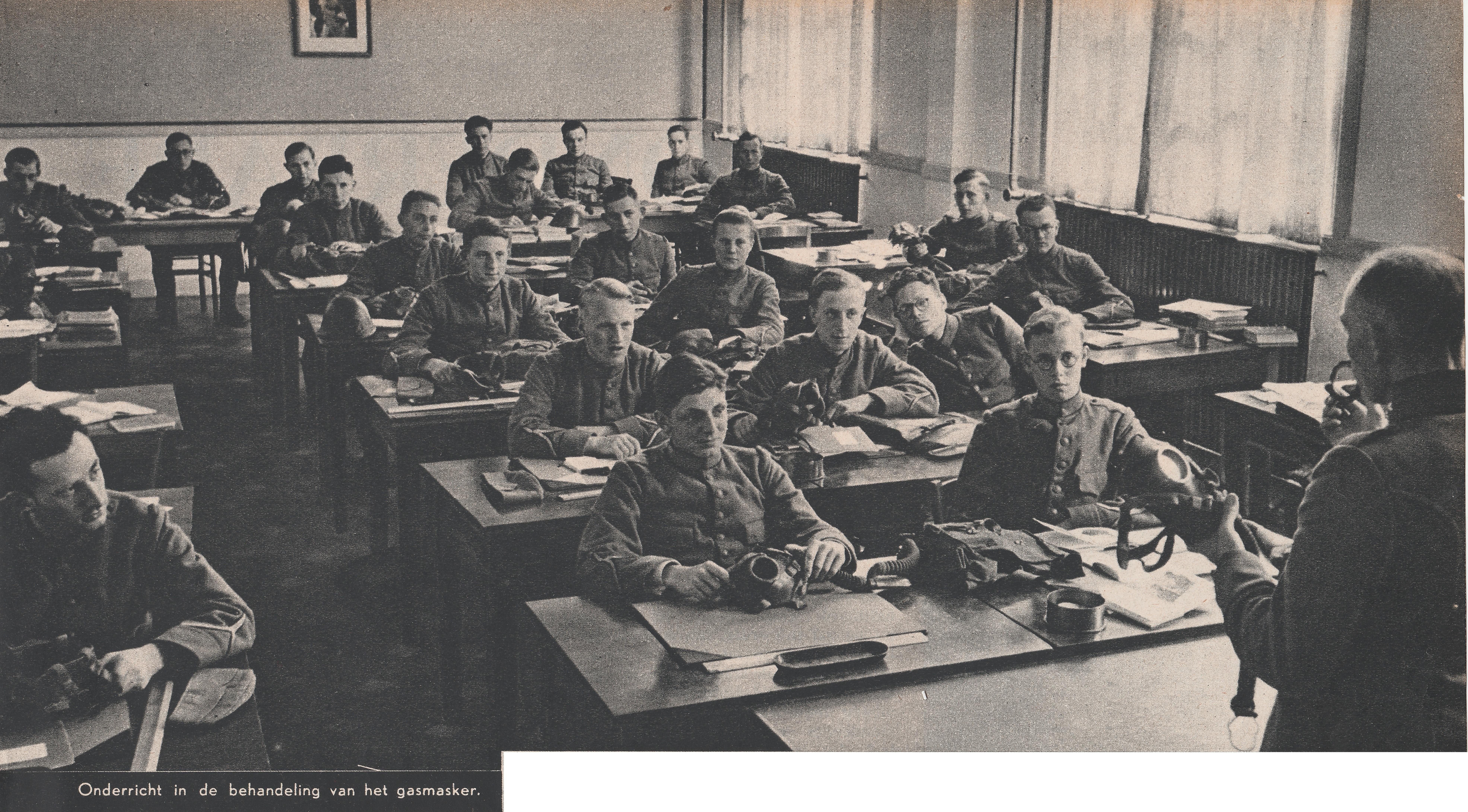 gorinchem-1939-militaire-gasschool-klaslokaal-onderricht-in-de-behandeling-van-een-gasmasker