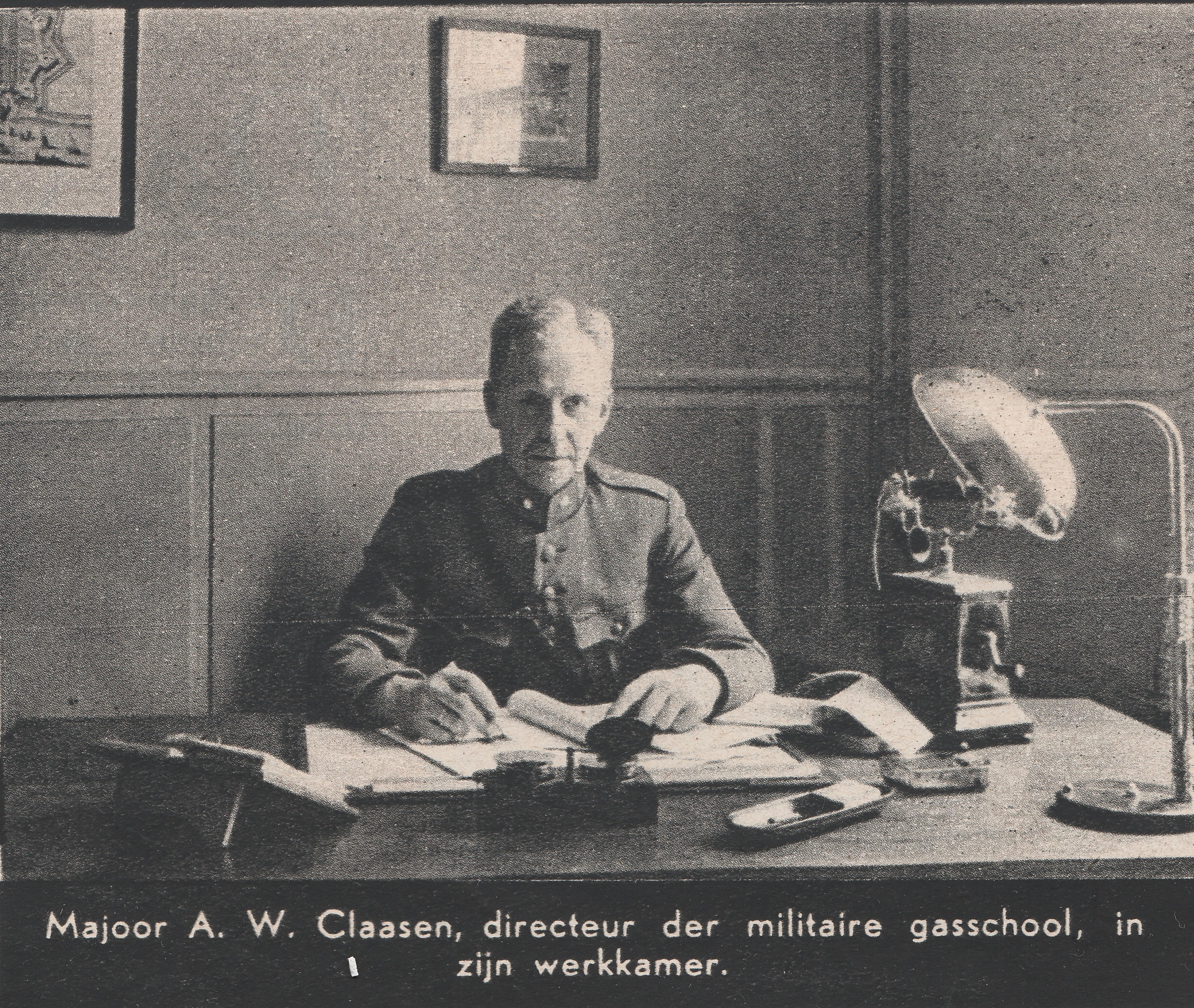 gorinchem-1939-militaire-gasschool-majoor-a-w-claassen-in-zijn-werkkamer-directeur-militaire-gasschool