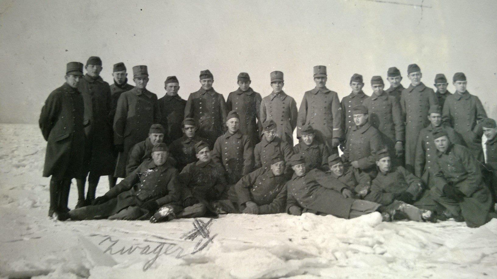 1929 militairen gelegerd op kazerne Gorinchem , foto gemaakt op de dicht gevroren Merwede,met militair Gerard v Zutphen.